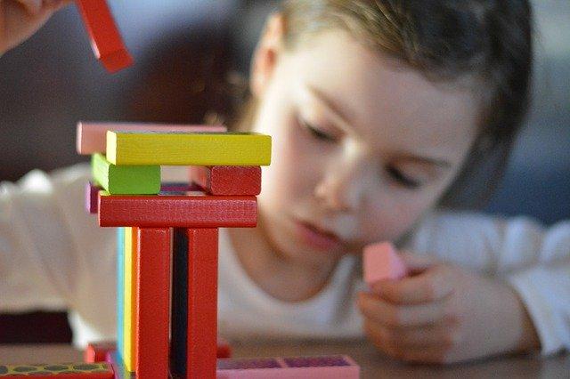 holčička si staví kostky